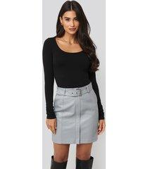 dilara x na-kd belted pu skirt - grey