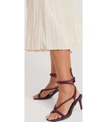 na-kd shoes högklackade sandaler med knutna remmar - burgundy