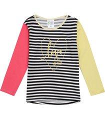 camiseta rayas blancas y negras estampada  con cuello amararillo y mangas combinadas