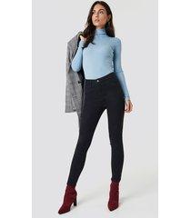 dilara x na-kd basic skinny jeans - black