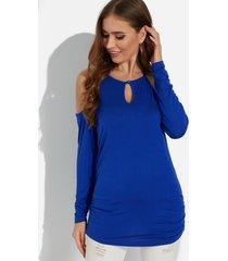 camiseta azul con dobladillo plisado y mangas largas con hombros descubiertos lisos
