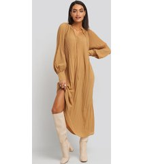 na-kd trend tie neck pleated dress - beige