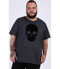 camiseta masculina plus size slim caveira flocada manga curta gola careca cinza mescla escuro
