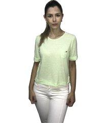 camiseta em malha podrinha e bolsinho hifen verde
