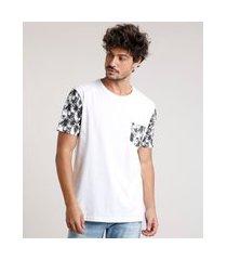 camiseta masculina com bolso estampado de coqueiros manga curta gola careca off white