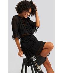 na-kd boho short sleeve flounce mini dress - black