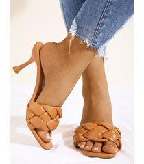 sandalias tejidas con punta cuadrada marrón
