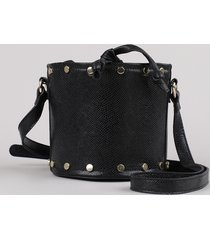 bolsa feminina balde pequena texturizada cobra com tachas e alça transversal preta