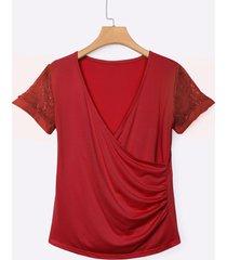 camisetas rojas con escote en v y escote en v