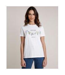 "t-shirt feminina mindset time to bloom"" com flores manga curta decote redondo off white"""