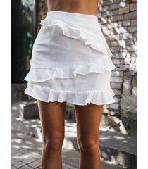 falda de talle medio con ribete de volantes blanca