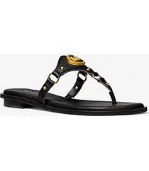 mk sandalo conway in pelle con ciondolo e logo - nero (nero) - michael kors