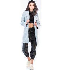abrigo gris para mujer con bolsillos laterales y un botón frontal.