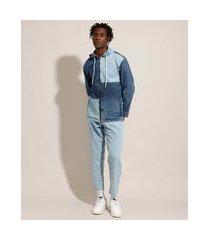 calça carrot jeans com pregas azul claro