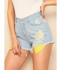 shorts azules de talle medio con detalles rasgados al azar