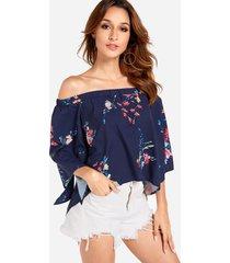 blusa azul marino con aberturas y hombros descubiertos con estampado floral al azar