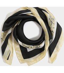 bufanda cuadrada con diseño de lunares