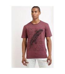 camiseta masculina com estampa de pena manga curta gola careca vinho