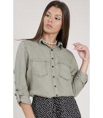 camisa feminina com bolsos e martingale manga longa verde militar