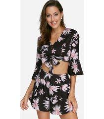 top negro con estampado floral con cordones y pantalones cortos de cintura alta trajes de dos piezas