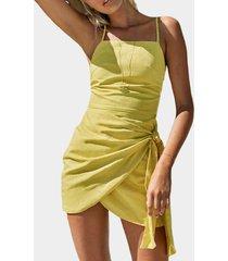 vestido amarillo con dobladillo con abertura y diseño de cordones con tirantes de tirantes