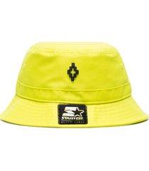 marcelo burlon county of milan chapéu com logo - amarelo