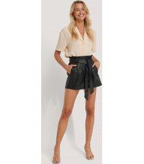 na-kd trend pu-shorts med bälte - black
