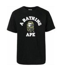 a bathing ape® camiseta college com estampa de logo camuflado - preto
