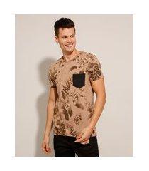 camiseta slim estampado de folhagem com bolso manga curta gola careca marrom claro