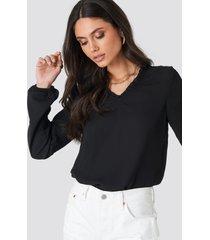 na-kd boho frill neck shirred part blouse - black