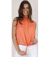 camisa feminina com bolso e nó sem manga coral