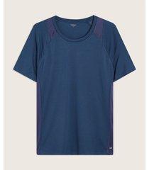 camiseta con corte en hombros y costados