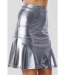 falda de talle alto con dobladillo con volante plateado y charol