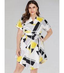 vestido de manga corta con cuello en v geométrico con diseño de cinturón de talla grande