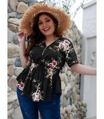 blusa negra con cuello en v con estampado floral al azar de talla grande