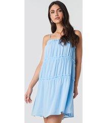 na-kd boho thin strap tiered mini dress - blue