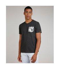 camiseta masculina com bolso estampado de folhagem manga curta gola careca cinza mescla escuro