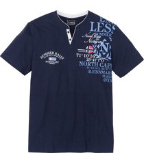 t-shirt med farfarskrage och tryck