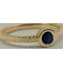 grawerowany pierścionek zaręczynowy z szafirem