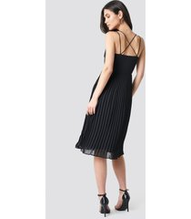 na-kd party cross back pleated midi dress - black
