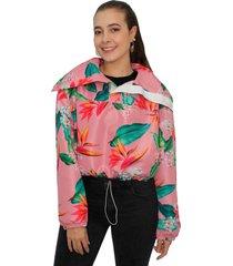 chaqueta con tapabocas estampada en colores