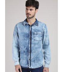 camisa jeans masculina tradicional marmorizada com bolso manga longa azul claro