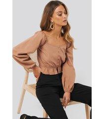 anna skura x na-kd puff sleeve button blouse - brown