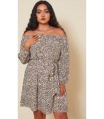 mini vestido de manga larga con diseño de cinturón de leopardo con hombros descubiertos y talla grande yoins
