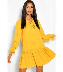 loshangende jurk met losvallende zoom en strikje, mustard