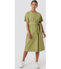 na-kd round neck button up midi dress - green
