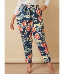 pantalones con diseño de bolsillo con estampado floral de talla grande