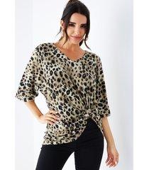 blusa de manga corta con cuello de pico anudado de leopardo caqui