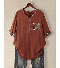 camicetta ampia con maniche a 3/4 con scollo a v e bottoni tascabili con stampa tribale