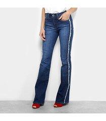 calça jeans flare colcci desfiados cintura média feminina